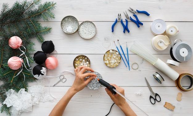 Pasatiempo creativo de bricolaje, hacer bolas navideñas artesanales hechas a mano.