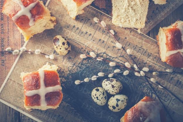 Pascua caliente bollos cruzados sobre fondo de madera