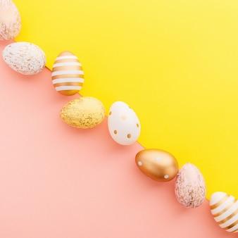 Pascua flat lay de huevos en turquesa