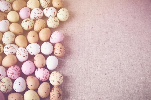 Pascua huevos moteados pastel