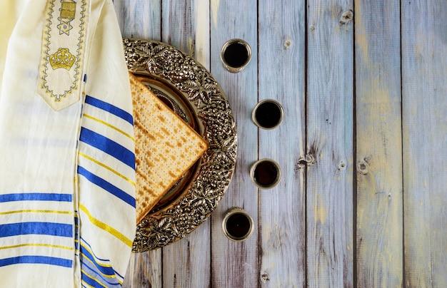 Pascua judía matzá pan festivo judío con kidush cuatro tazas de vino y tallit