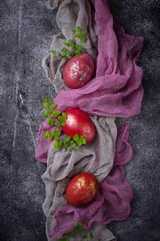 Pascua pintada huevos de gallina roja