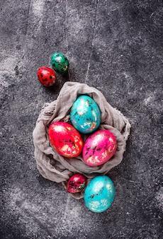 Pascua pintada pollo y huevos de codorniz