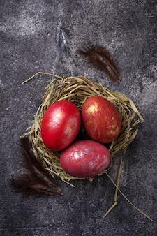 Pascua pintó huevos rojos en nido