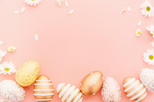 Pascua plana lay de huevos con flores en rosa