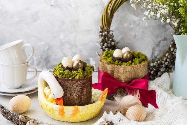 Pascua rusa paskha, tradicional pastel de pascua cuajada con frutas confitadas y huevos de pascua en la mesa