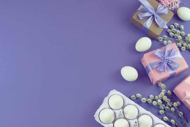 Pascua set caja de regalo con ramas de amentos de huevo blanco.