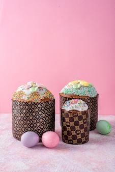 Pascua todavía la vida. torta de pascua, huevos pintados fondo rosa. minimalismo
