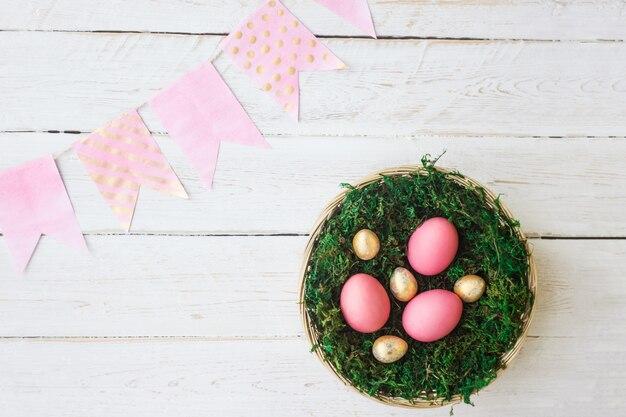 Pascua vacaciones. huevos de pascua de color rosa y oro.