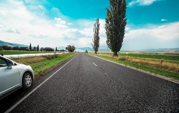 Paseo en coche por carretera en tiempo soleado