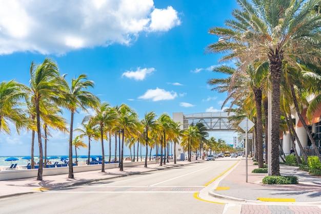 Paseo marítimo de fort lauderdale beach con palmeras