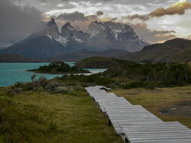 Paseo marítimo en lake pehoe, parque nacional torres del paine, patagonia, chile