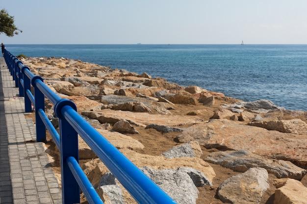 Paseo marítimo a lo largo del mar en alicante, españa