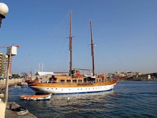 Paseo marítimo en sliema, malta