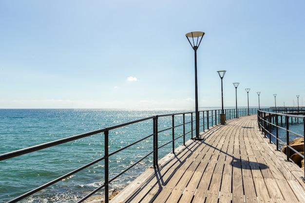Paseo de terraplén a lo largo del lado del mar