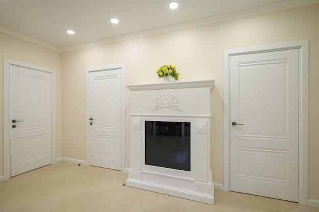 Pasillo blanco de lujo moderno con chimenea