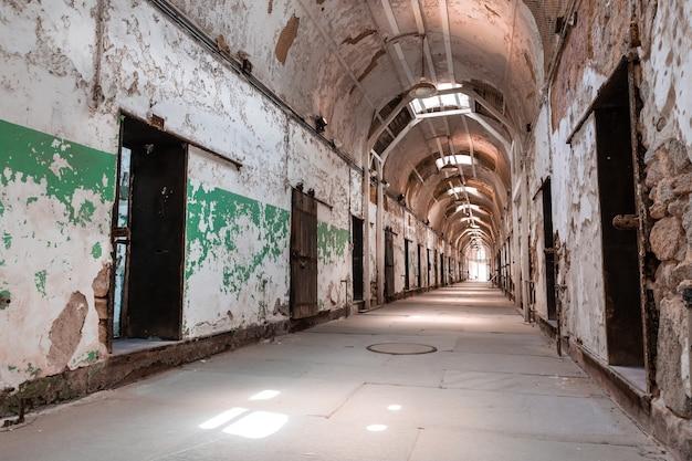 Pasillo de la cárcel con puertas cerradas.