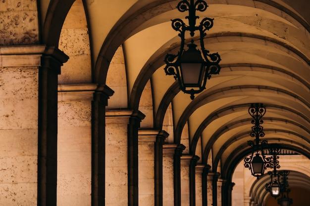 Pasillo con columnas que rodean la plaza del comercio en lisboa, portugal.