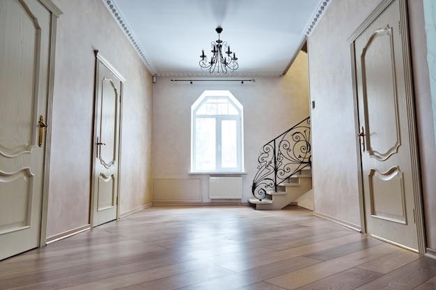 Pasillo de entrada con escalera. pasos de vista con barandillas de hierro forjado