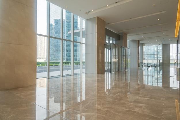 Pasillo interior del edificio de oficinas del centro financiero