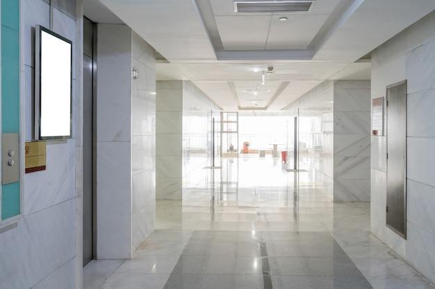 Pasillo interior del edificio de oficinas