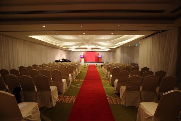 Pasillo del pasillo para la ceremonia de boda y asientos vacíos en el hotel, un paseo para recordar el concepto