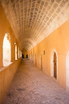 Pasillo en la puerta oeste del monasterio de arkadi