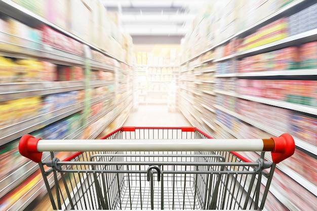 Pasillo del supermercado con carrito de compras rojo vacío