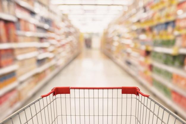 Pasillo de supermercado con carrito de compras vacío