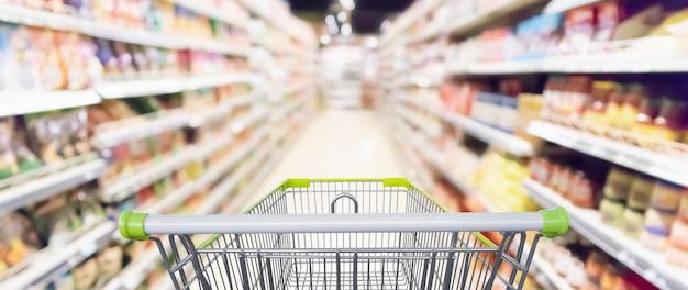 Pasillo de supermercado y carrito de compras.