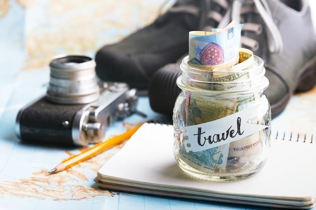 Pasión de viajar. concepto de aventura. antecedentes - qué llevar de viaje - cámara, frasco con dinero, zapatos
