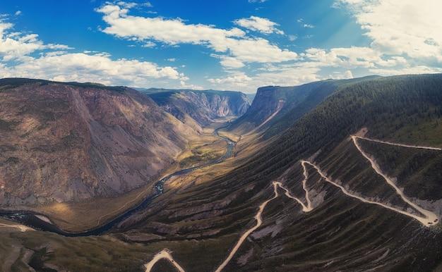 Paso de carretera de montaña de altai
