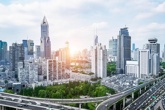 Paso elevado de la autopista de la ciudad con el horizonte de shangai, fondo moderno del tráfico