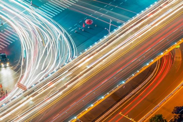 Paso elevado de los senderos de luz, hermosas curvas.