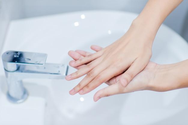 El paso para la instrucción de lavado de manos está de acuerdo con los estándares internacionales
