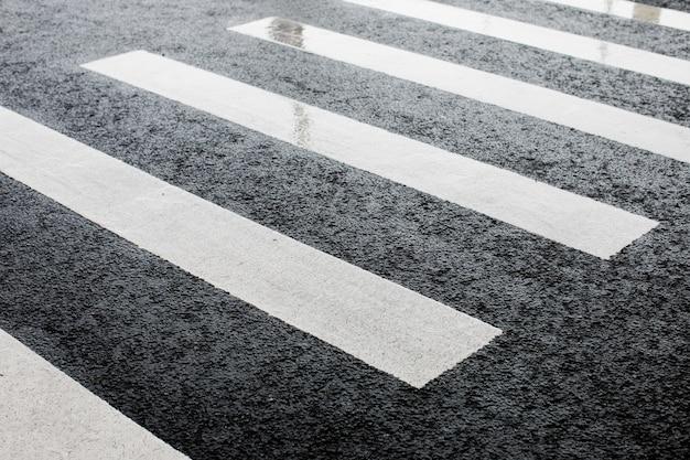 Paso de peatones después de la lluvia en un día nublado