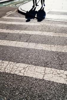 Paso de peatones en tiempo soleado