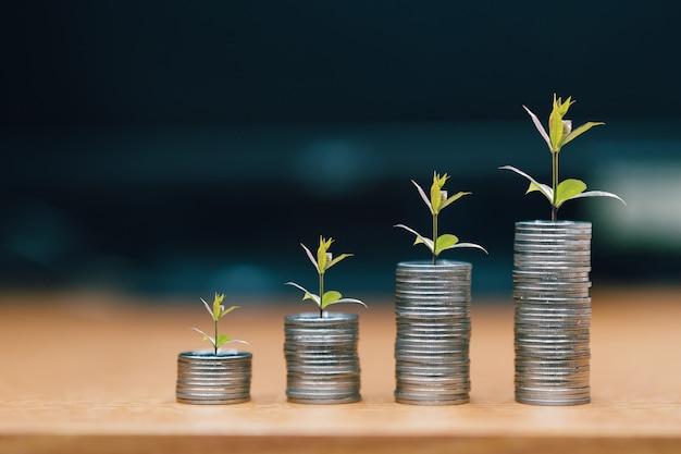 Paso de las pilas de monedas, el dinero, el ahorro y la inversión o el concepto de planificación familiar.