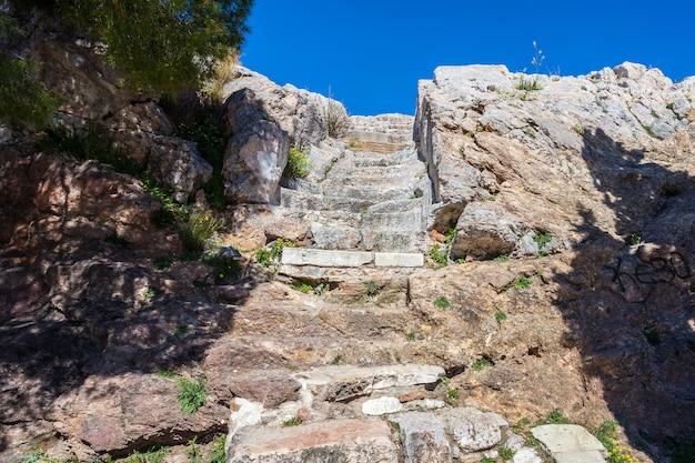 Pasos que conducen a la acrópolis de atenas, grecia.