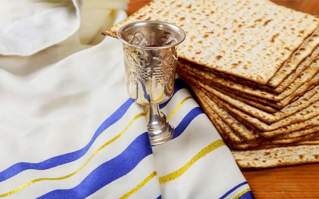Passover matzoh judío fiesta pan y vino tablero de madera.