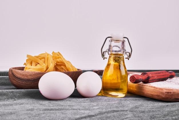 Pasta con aceite y huevos.