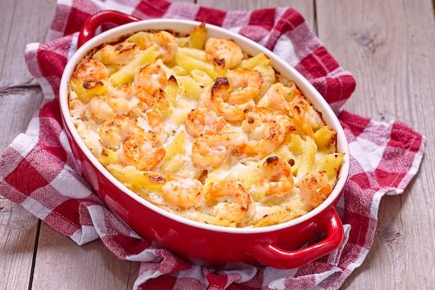 Pasta al horno con camarones y salsa alfredo