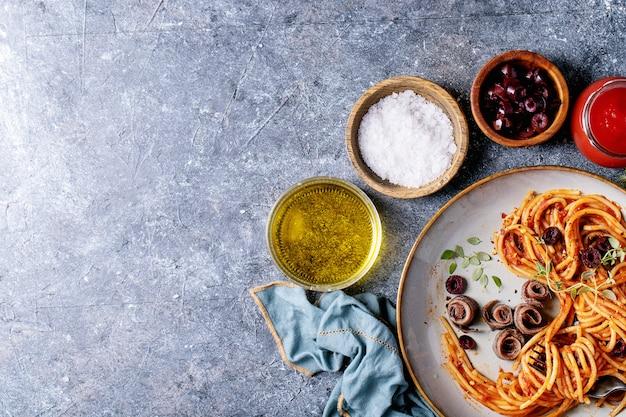 Pasta de anchoas espaguetis italiana clásica