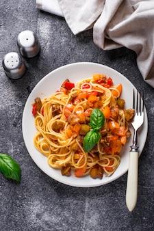Pasta con berenjenas, pimientos y tomates