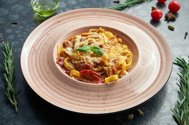 Pasta boloñesa casera y fresca con carne picada, parmesano, tomate y albahaca