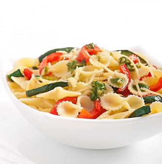 Pasta con calabacín y pimientos dulces con aderezo de albahaca y ajo