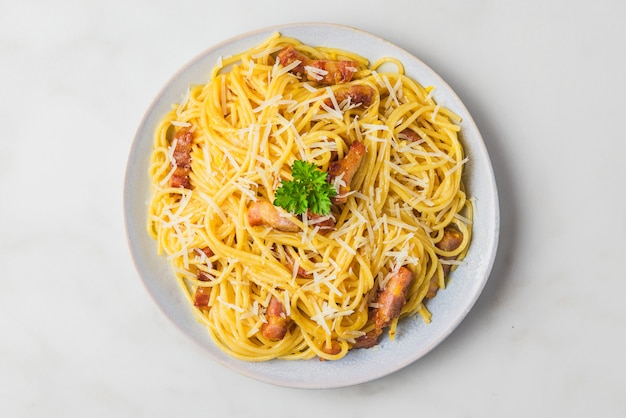 Pasta carbonara, espagueti con guanciale, huevo, queso parmesano duro y perejil. cocina tradicional italiana