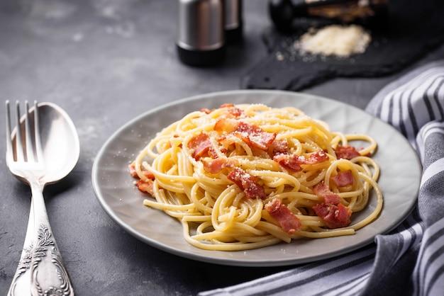 Pasta a la carbonara con tocino y parmesano