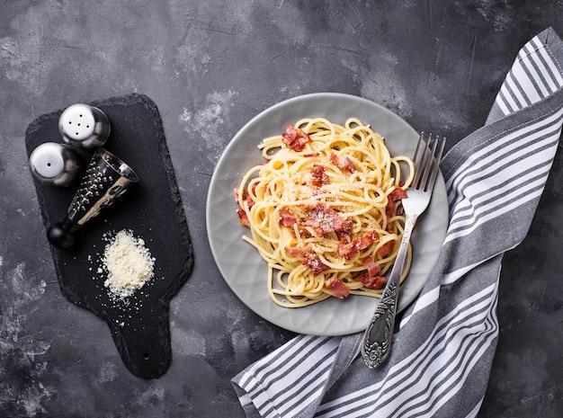 Pasta carbonara con tocino y parmesano