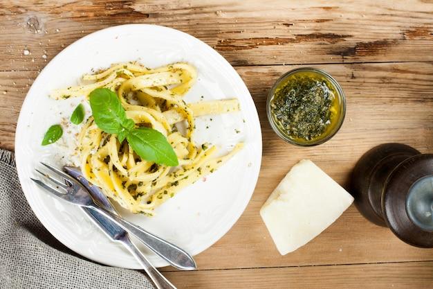 Pasta casera cocida con pesto y albahaca